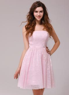 A-Line/Princess Strapless Knee-Length Lace Homecoming Dress