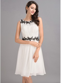 A-Line/Princess Scoop Neck Knee-Length Chiffon Homecoming Dress With Ruffle Lace
