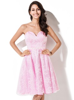A-Line/Princess Sweetheart Knee-Length Lace Homecoming Dress With Beading