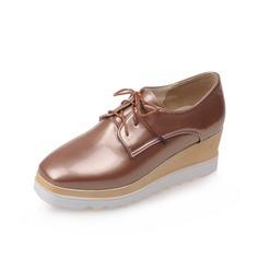 Mulheres Couro Brilhante Plataforma Sem salto Plataforma Calços com Alça trançada sapatos