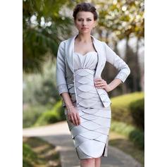 Vestido tubo Escote corazón Hasta la rodilla Satén Vestido de madrina con Volantes Bordado Apertura frontal