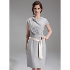 Etui-Linie Cowl Neck Knielang Chiffon Kate Middleton Stil mit Rüschen Schleifenbänder/Stoffgürtel (044007573)