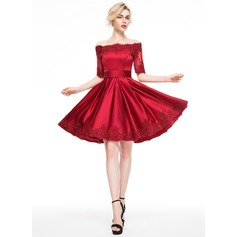 A-Linie/Princess-Linie Off-the-Schulter Knielang Satin Cocktailkleid mit Applikationen Spitze (016081120)