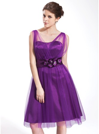 A-Line/Princess V-neck Knee-Length Tulle Homecoming Dress With Ruffle Flower(s)