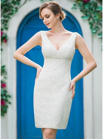 Etui-Linie V-Ausschnitt Knielang Spitze Brautkleid mit Perlen verziert